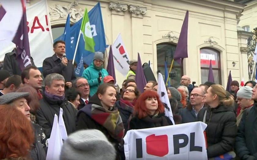 Video: Protivládní protesty v Polsku. Premiérka obvinila opozici z destabilizace a zmatku