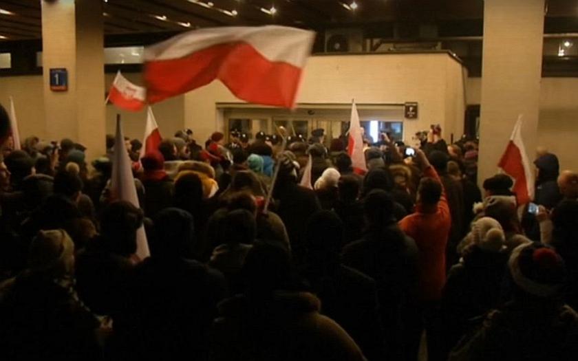 Polská opozice vyvolala &quote;nenávistnou kampaň&quote; proti vládě. Politická krize se prohlubuje