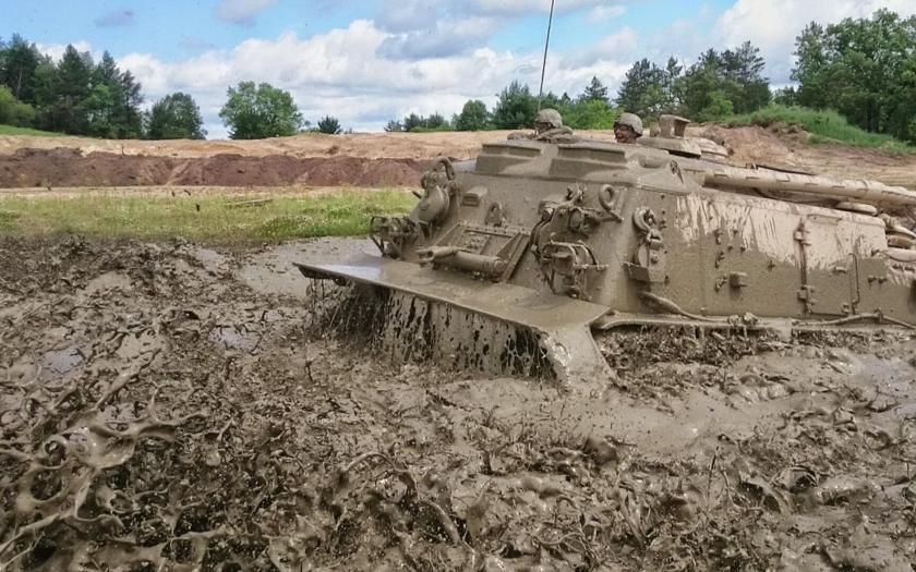 (VIDEO) Vyťahovanie obrneného vozidla M88A2 Hercules z bahna v Afganistane a Iraku