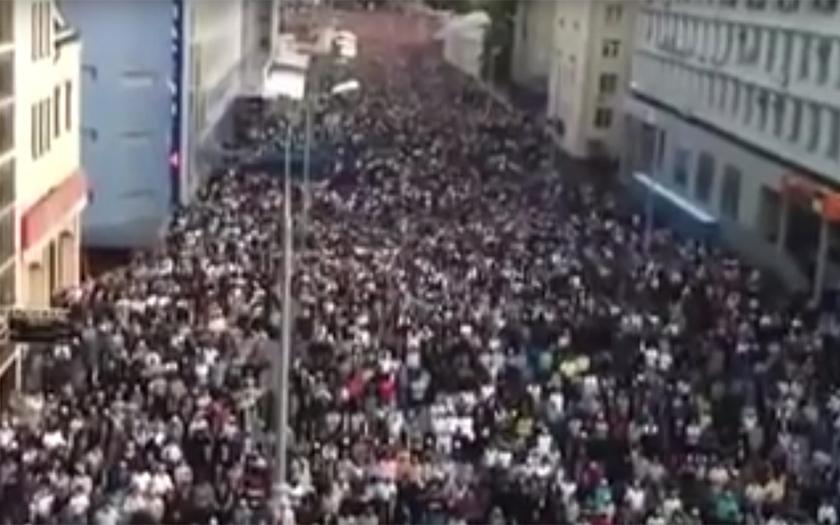 Video: 500 000 muslimů se modlí na ruských ulicích