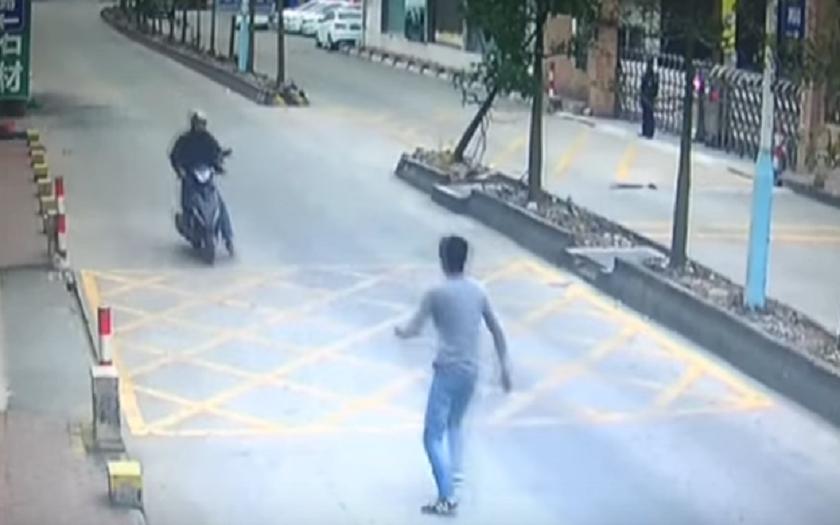 Video: Řidič kamiónu skočil na zloděje jako Jackie Chan