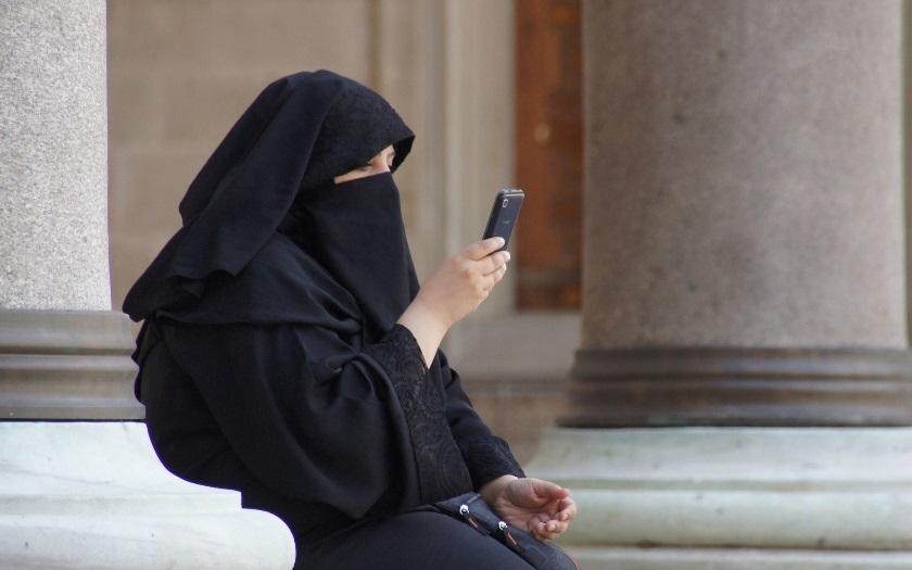 VIDEO: Muž strhl z ženy nikáb a křičel: Jsi v naší zemi, ty zas ...