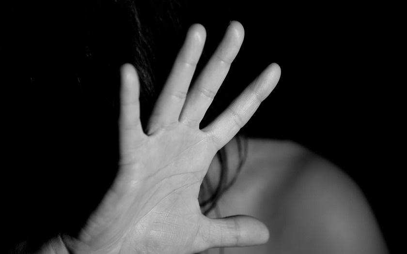 Případů domácího násilí v Praze přibývá, loni policie vykázala z bytů 200 agresorů
