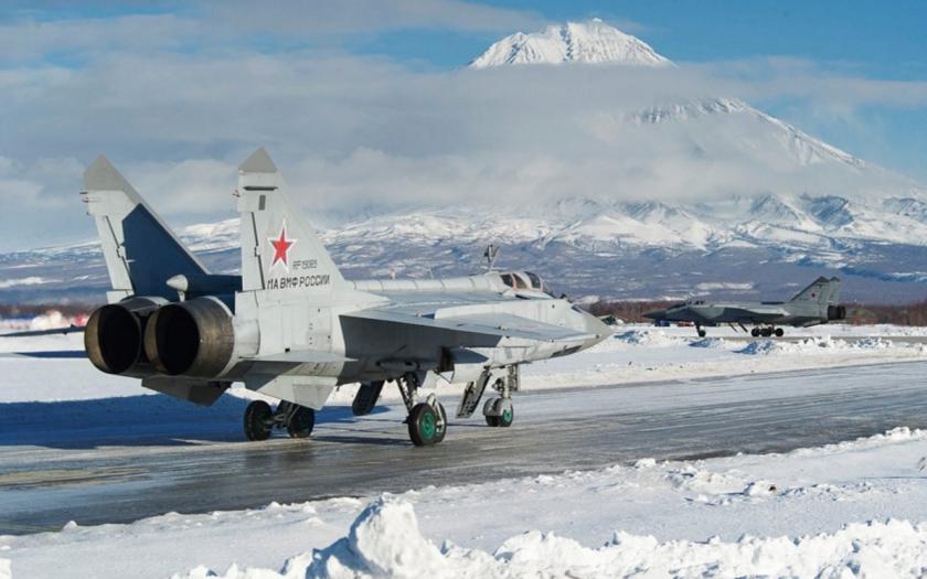 Ruské stíhačky trénují přistání na rozbitém letišti