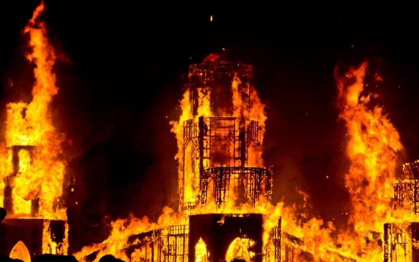 Nejméně 75 zraněných při pádu hořící budovy v Teheránu