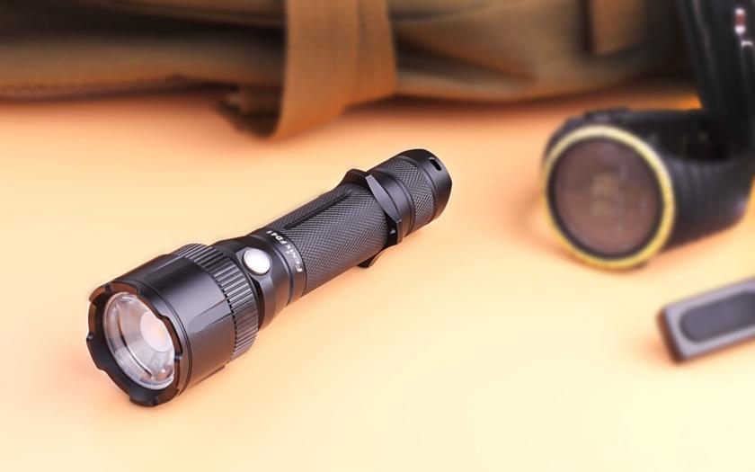 Zaostřete si do temné noci taktickou svítilnou Fenix FD41 se zoomovacím kuželem