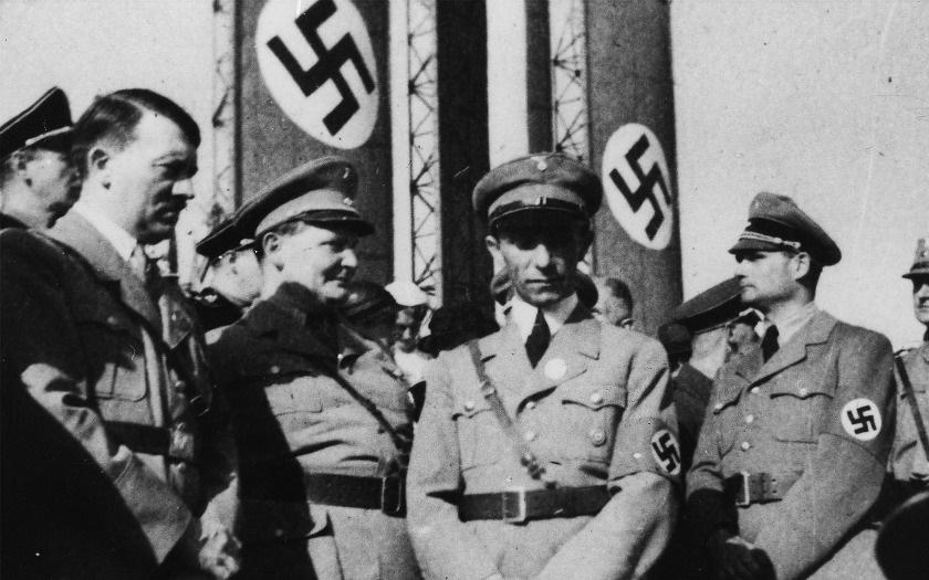 KOMENTÁŘ: Hrnek s Hitlerem, nebo tričko s Heydrichem? Nakladatelství Naše vojsko stále nabízí zvrácenou nacistickou kolekci
