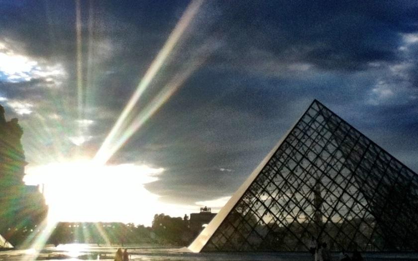 Střelba před slavným Louvrem: Voják zneškodnil útočníka, který chtěl vtrhnout s mačetou do muzea