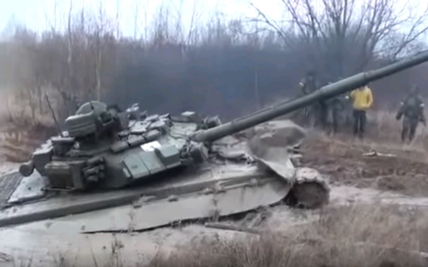 (VIDEO) T-90 uviaznutý v bahne