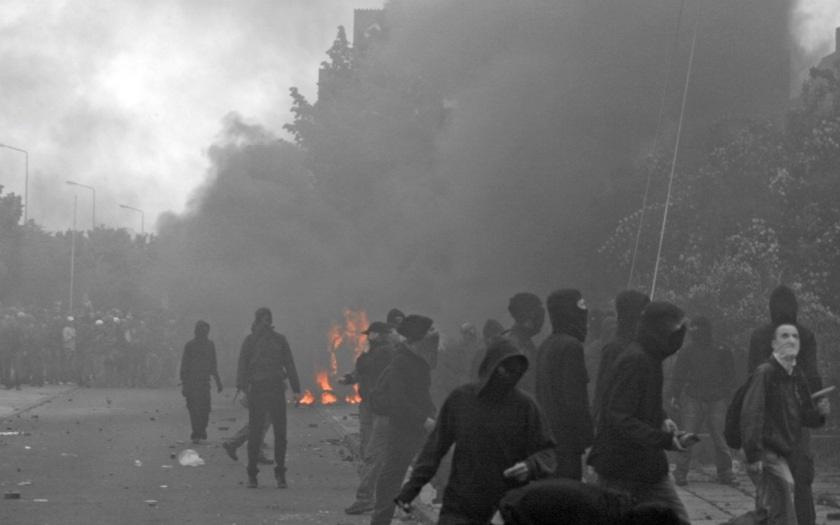 VIDEO: Problematické předměstí Stockholmu znovu v plamenech: Policie musela zasahovat proti skupinám násilníků