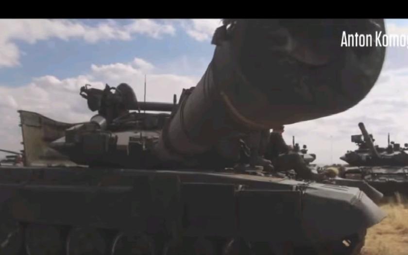 (VIDEO) Zábery priamo z bojiska v Sýrii, vrátane tankov T-90