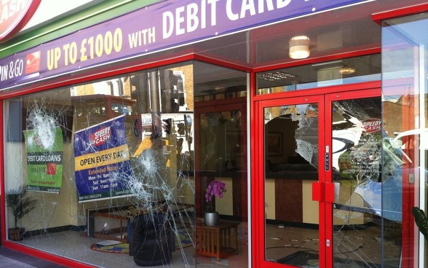 VIDEO: Muslimský gang migrantů rozbíjel výlohu obchodu v britském Bradfordu. Chtěl napadnout muže, který se tam schoval