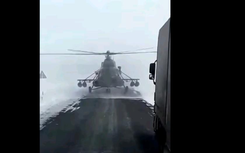 VIDEO: Kudy je to do města? Ptal se ztracený pilot helikoptéry, která ,,zaparkovala&quote; na dálnici