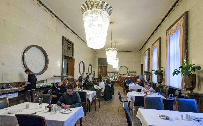 Chcete si nabít mobil ve vyhlášené vídeňské kavárně? Tak zaplaťte