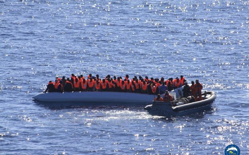 Itálie a Malta vyostřily spor o loď se 177 migranty u Lampedusy