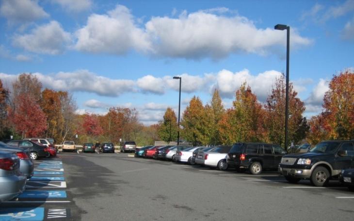 Kam zaparkovat své auto aneb placené parkoviště nemusí být vždy hlídané