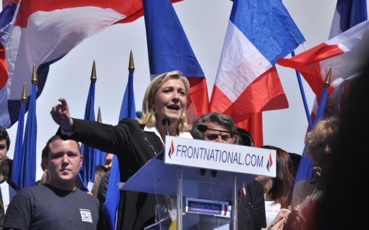 Europoslanci zbavili Le Penovou imunity za to, že zveřejnila tweety se znetvořenými těly z poprav Islámského státu. Hrozí jí až tříleté vězení