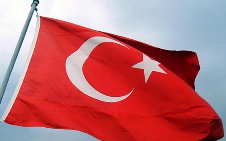 VIDEO: Demonstranti v Istanbulu  strhli z nizozemského konzulátu vlajku a nahradili ji tureckou. Na budovu pak házeli vejce