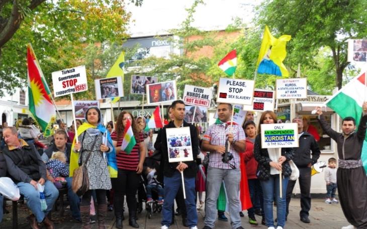 VIDEO: Třicet tisíc Kurdů demonstrovalo ve Frankfurtu proti Erdoganovi. Nacistické praktiky, zuří turecký prezident