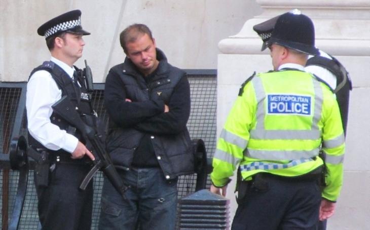 Policie po terorismu v Londýně zadržela při raziích sedm lidí. K útoku se přihlásil Islámský stát
