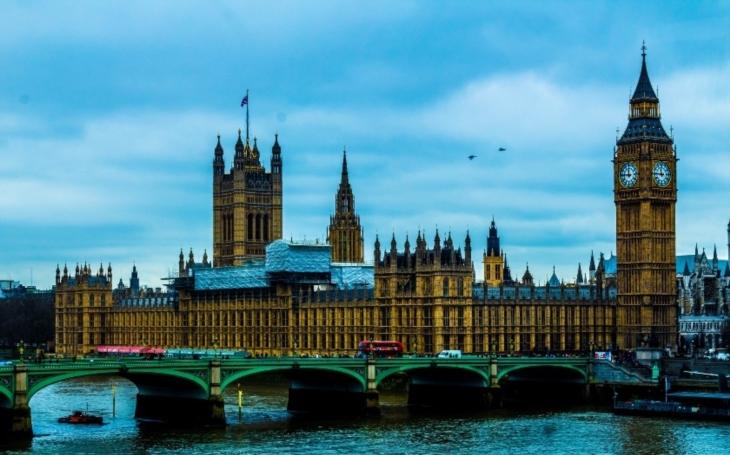 VIDEO: Kamery zachytily teroristický útok v Londýně. Žena skočila z mostu, aby se zachránila