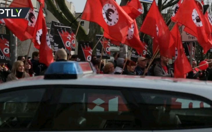 """""""Heil Merkel!"""" kričal dav na nemeckú kancelárku"""