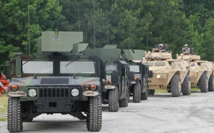 První část vojenského konvoje opustila v Náchodě Českou republiku