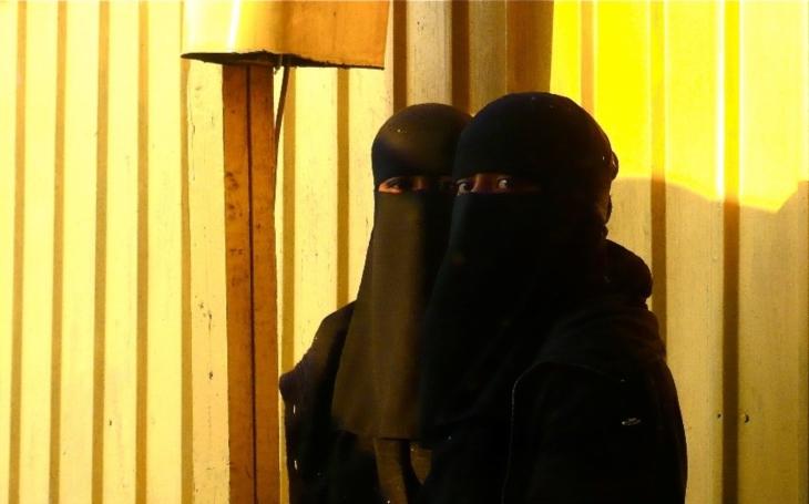Ode dneška platí zákaz nošení burek a nikábů v Rakousku