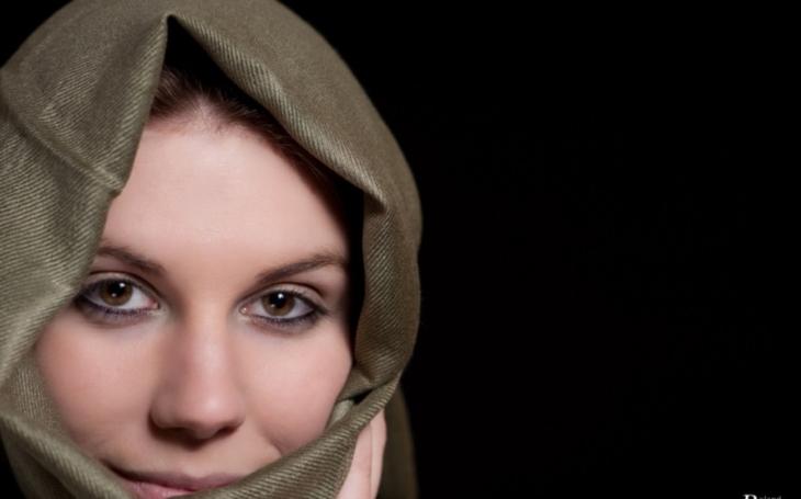 Nechtěla nosit hidžáb, tak ji matka oholila hlavu. Italská policie rázně zakročila