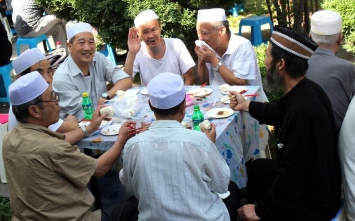 Konec přerostlých bradek a zahalování! Čína tvrdě zakročuje proti ,,svým&quote; muslimům
