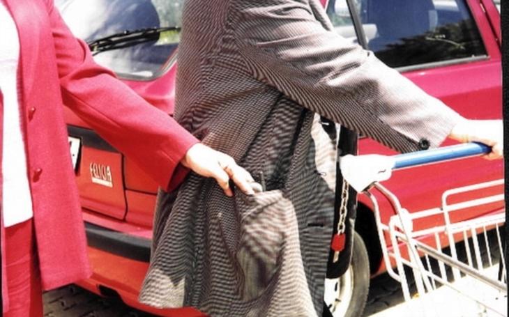VIDEO: Zloděj ukradl ženě na benzínce kabelku. Daleko s ní ale nedojel