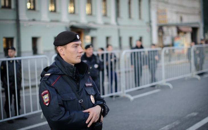 VIDEO: Muž s kladivem se vrhá na policistu před katedrálou Notre-Dame