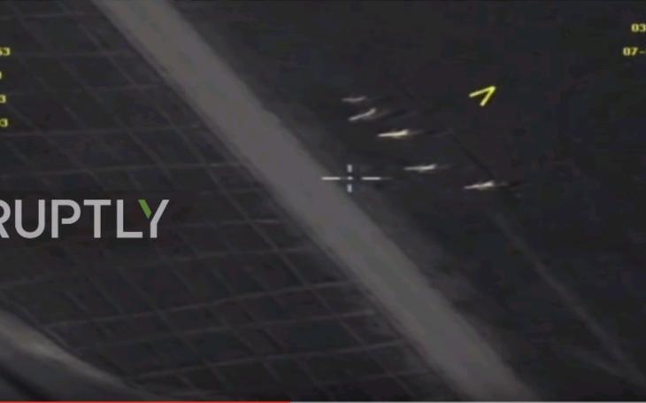 Zábery z dronu, priamo z raketových útokov USA na sýrsku základňu