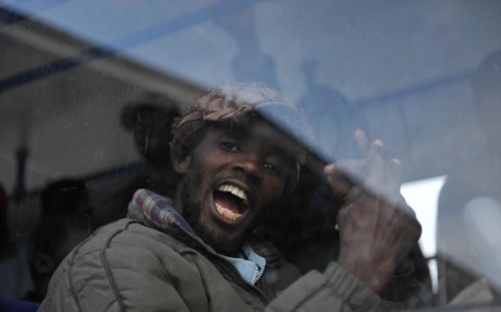 VIDEO: Africký migrant si chtěl ,,vydělat&quote;. Brutálně napadl stařenku a ukradl ji peněženku