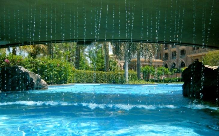 V luxusní rezidenci v Texasu mají místní atrakci:  ,,bezedný&quote; skleněný bazén