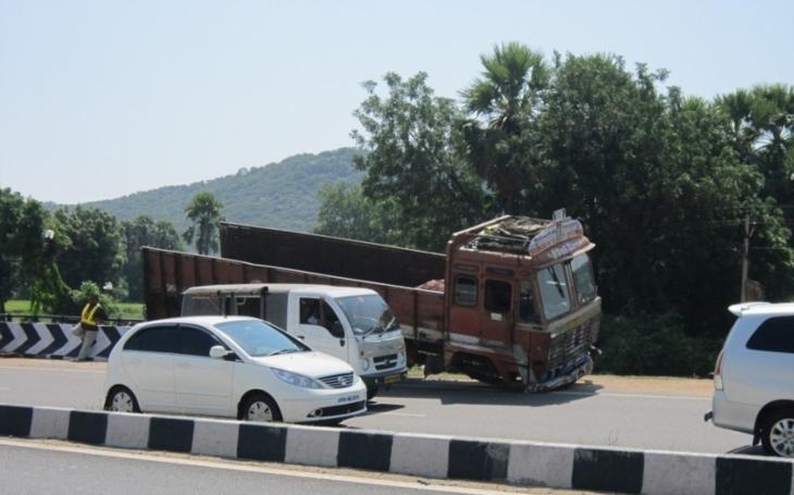 VIDEO: Jak zneškodnit teroristu v nákladním voze? Toto ho spolehlivě zastaví a ještě ,,sešrotuje&quote;