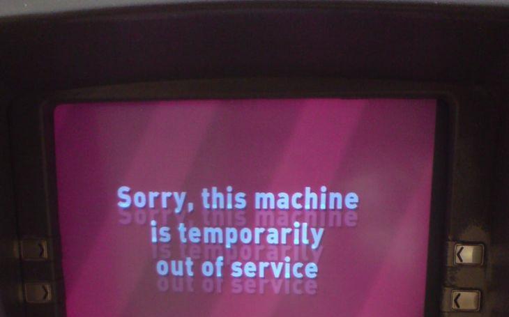 VIDEO: Kde jsou mé peníze?! ,,Vztekloun&quote; nechtěl čekat a skoro rozmlátil automat