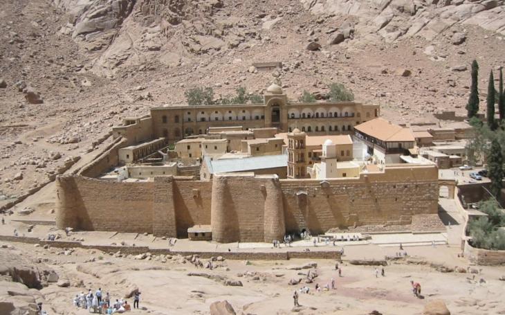 Na místě, kde Mojžíš spatřil boha v podobě hořícího keře, vraždil ISIS