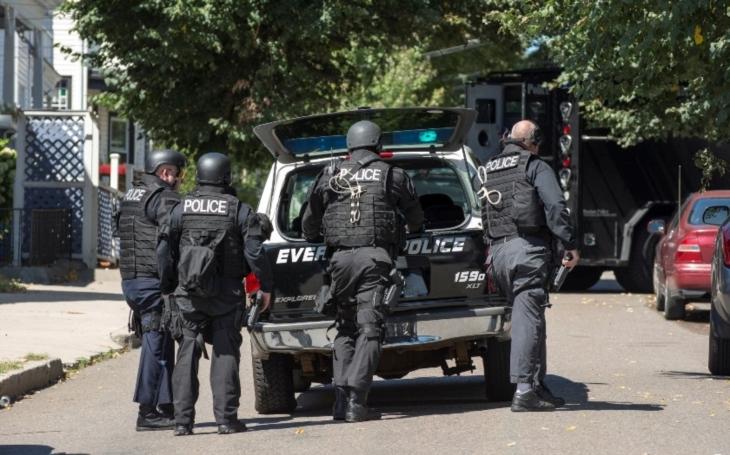 Dramatické video: Policista likviduje útočníka z Champs-Élysées