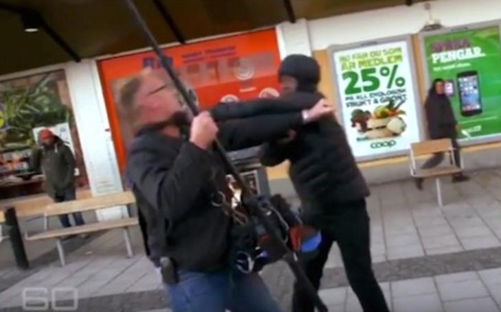 VIDEO: Ruský ,,geroj&quote; si už zjednal pořádek. Poslal k zemi migranta, který chtěl okrást starého muže