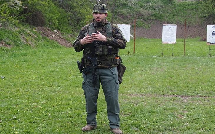 Stará dobrá technika: Tacticoolna učí, jak přejít ze samopalu na krátkou zbraň