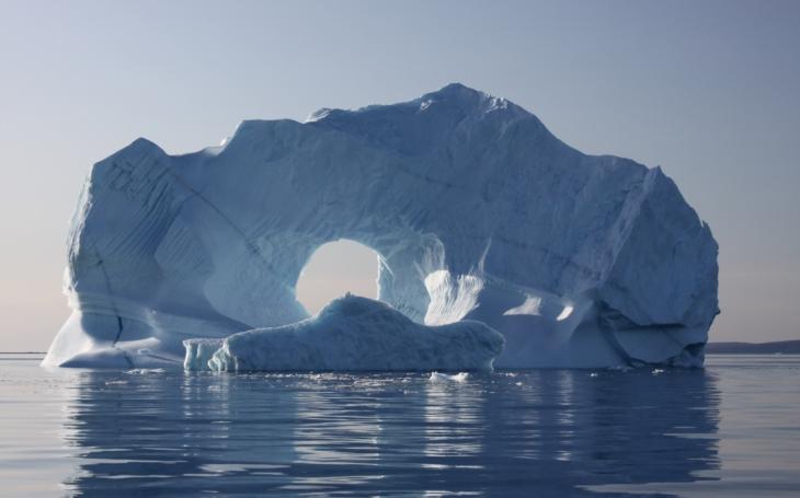Video: Obrovský ledovec &quote;zakotvil&quote; u kanadského městečka