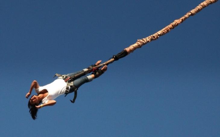 VIDEO: Když se skok nepovede. Žena se při bungee jumpingu ,,rozplácla&quote; o hladinu