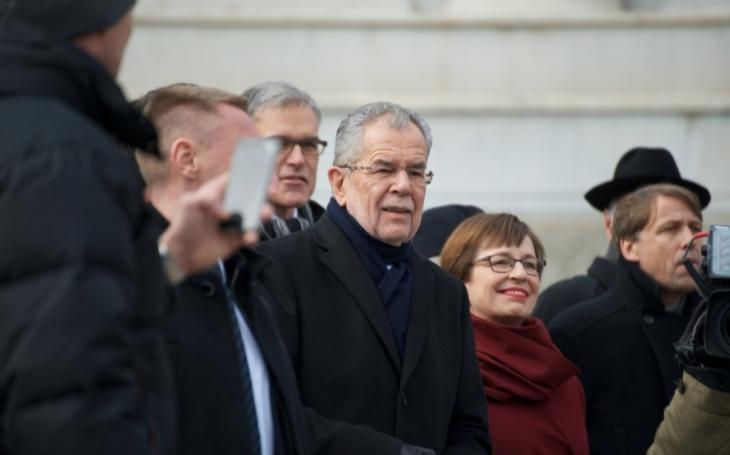VIDEO: Rakouský prezident ,,objevil&quote; recept na islamofobii. Všechny ženy musí aspoň jeden den nosit muslimský šátek