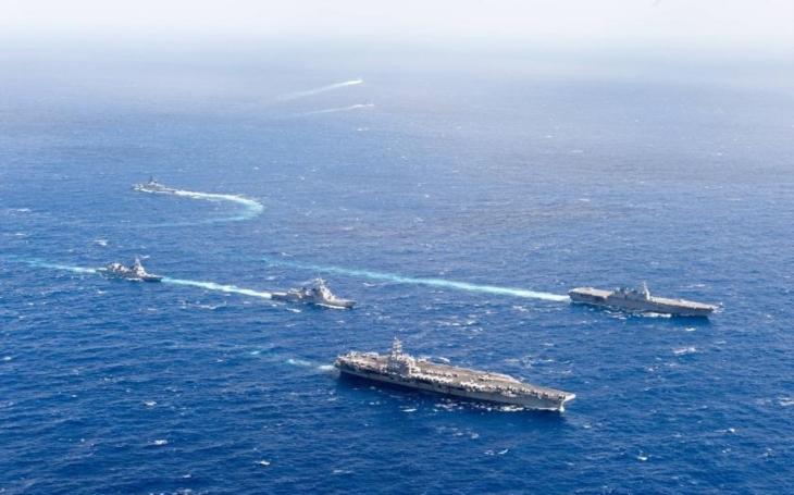 Japonsko nasadilo vrtulníkovou loď k doprovodu plavidla USA