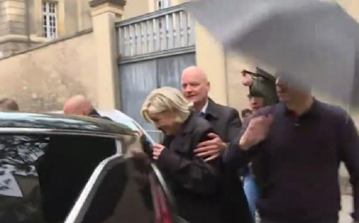 Video: Kandidáti šli do katedrál, Le Penovou čekal pískot