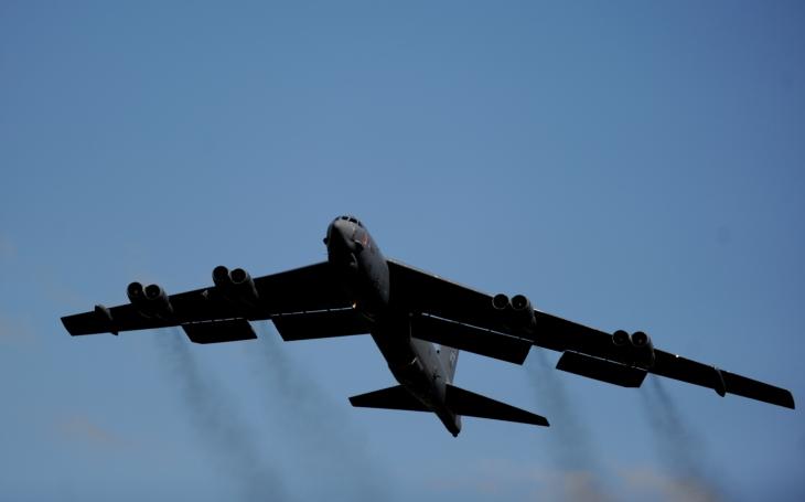 Video: 20 bombardérů B-52 prchá z letiště před útokem balistických raket