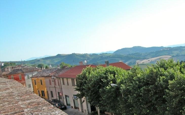 Italská vesnice nabízí 2 000 liber tomu, kdo se do ní přistěhuje. Nechce být ,,městem duchů&quote;