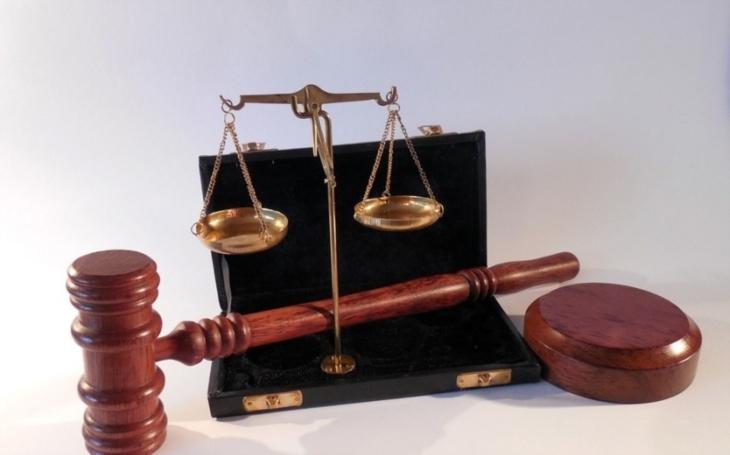 """Stín """"soudkyně OLO"""" na obnoveném procesu"""