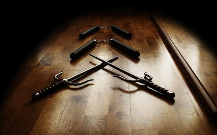 Samurajské meče, nože, sekery. I tyto zbraně nosí žáci do britských škol